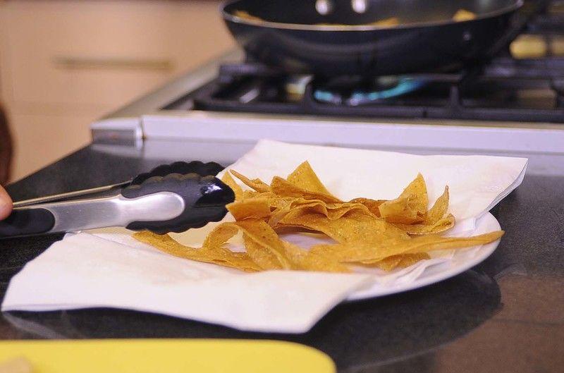Colocar en papel absorbente para quitar el exceso de grasa.