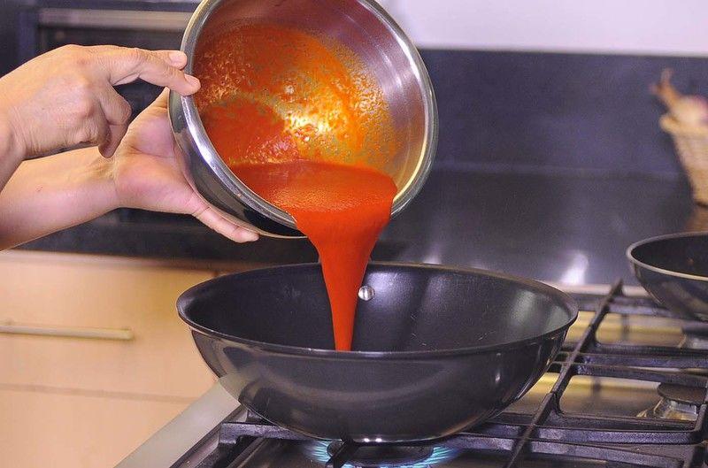 Calentar un poquito de aceite de oliva y freír la salsa durante 2 minutos y sazonar con sal.
