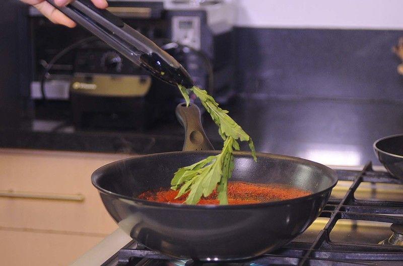 Una vez que suelte el primer hervor agregar la taza de agua y la ramita de epazote. Rectificar sazón, dejar hervir unos minutos más.