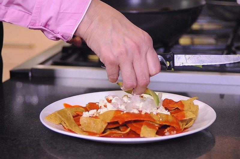 Decorar con un poco de queso fresco, cebolla fileteada y rebanadas de aguacate.