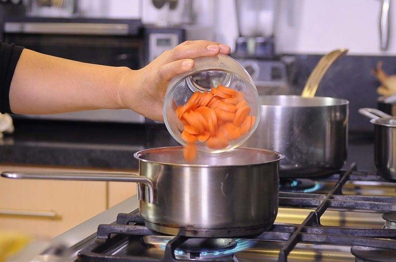 Poner a hervir las zanahorias y las papas por separado con un poco de agua durante 5 minutos o hasta que estén cocidas.