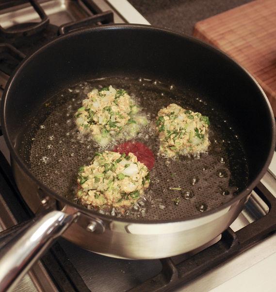 Poner a calentar el aceite en una sartén abierta para que quede al menos 5 cm de profundidad. Cuando esté bien caliente, bajar la lumbre. Hacer cada tortita con la mano, revolcar en un poco más de pan molido y freír las tortitas por ambos lados.