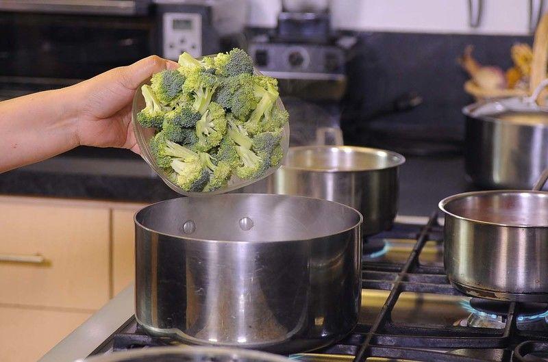 Poner mucha agua a hervir y cuando esté hirviendo fuerte sumergir los floretes de brócoli por 30 segundos.