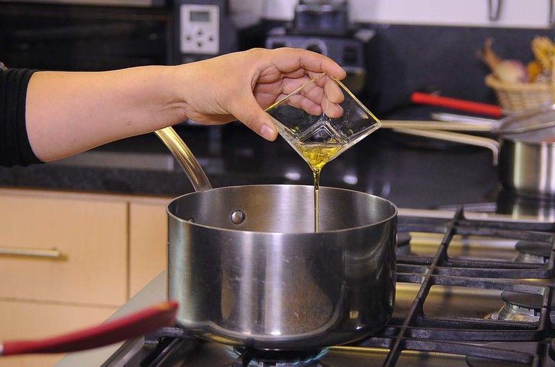 Preparar la salsa blanca, poner la mantequilla en la olla junto con el aceite de oliva.