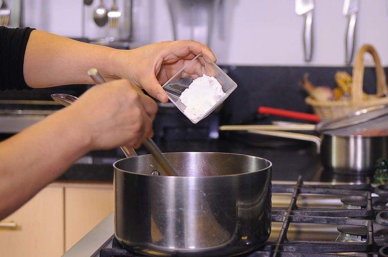 Incorporar harina y mover con una pala hasta que empiece se dore un poco.