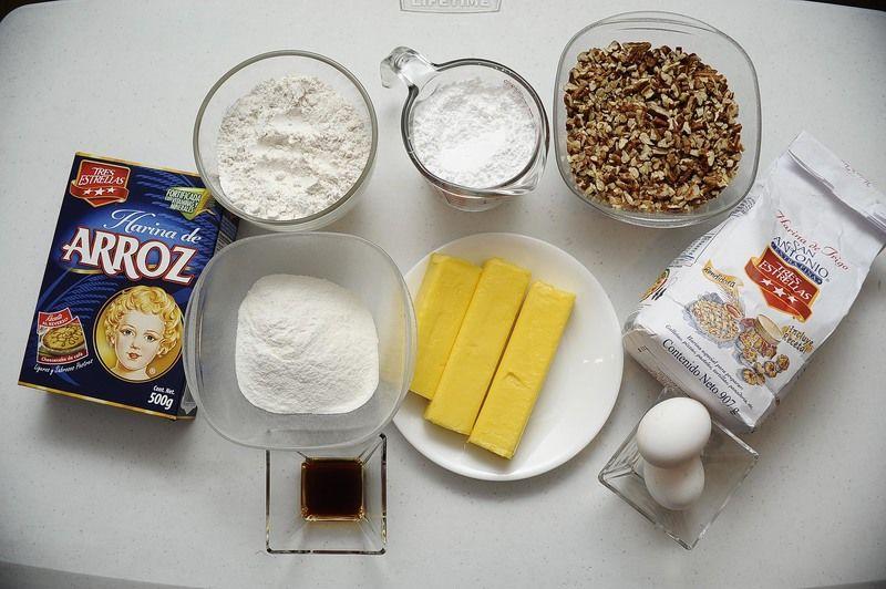 Ingredientes para receta 100 gramos de harina de arroz tres estrellas 250 gramos de mantequilla 3 cucharitas de esencia de vainilla 2 piezas de yema de huevo 1 taza de azúcar glass (pulverizada) 1 3/4 tazas de nuez picada 1 1/4 tazas de harina de trigo san antonio