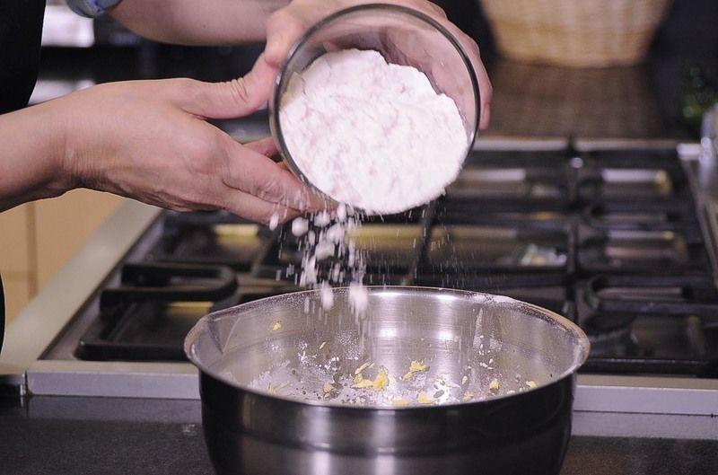 Agrega las harinas Tres Estrellas® junto con las nueces y amasa bien hasta que obtengas una pasta quebrada Refrigerar durante una hora