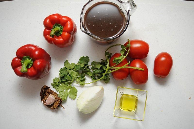 Ingredientes para receta 2 tazas de frijoles cocidos 2 piezas de pimiento morrón rojo 4 piezas de jitomate guaje 1 pieza de chile chipotle seco 1 diente de diente de ajo 1/4 pieza de cebolla blanca 6 ramas de cilantro sal al gusto 1 cucharada de aceite de oliva