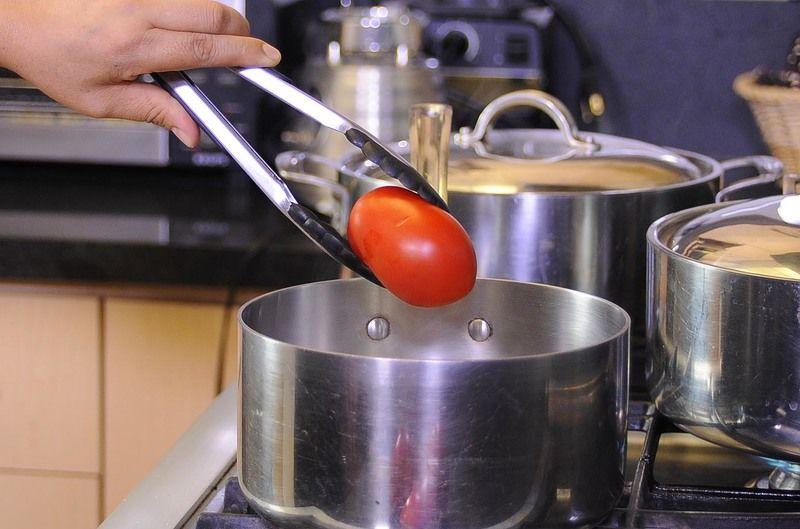 Poner a hervir los jitomates, chile chipotle y diente de ajo con suficiente agua en una olla honda, durante 5 minutos. Dejar enfriar.