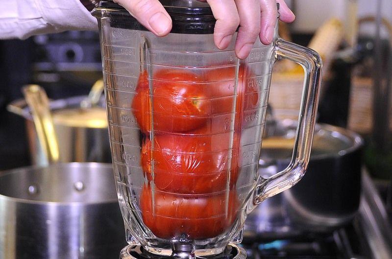 Colocar en el vaso de la licuadora los jitomates hervidos, chile chipotle y diente de ajo. Moler bien hasta obtener una mezcla homogénea.