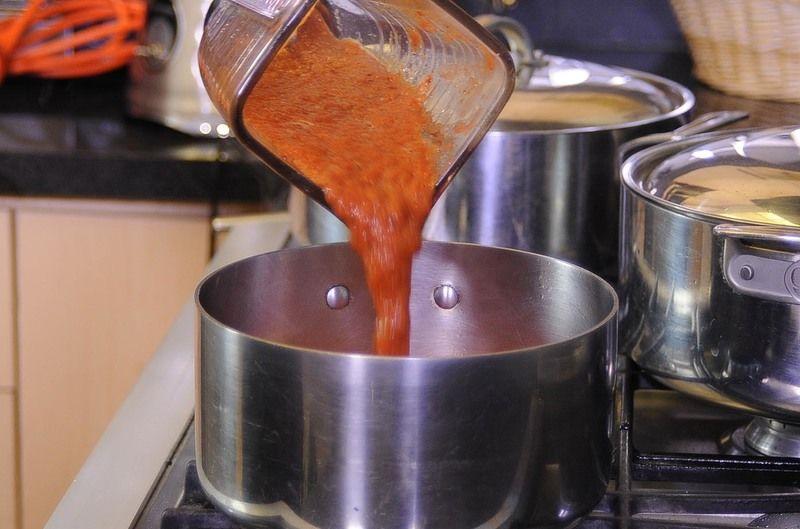 Añadir la mezcla molida y continuar cociendo un par de minutos.