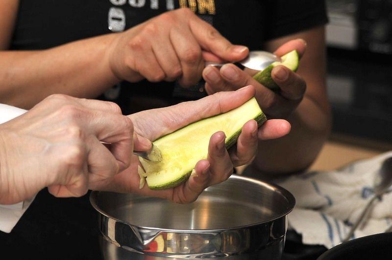 Separar la pulpa con una cuchara. Reservar.
