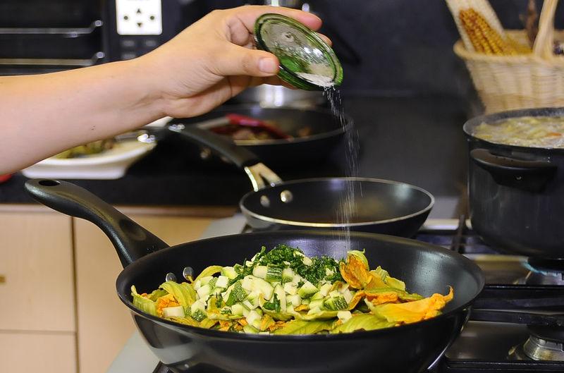 Agregar las flores de calabaza, calabacita picada, epazote picado y sazonar con pimienta y sal, dejar cocer hasta que se suavice todo.