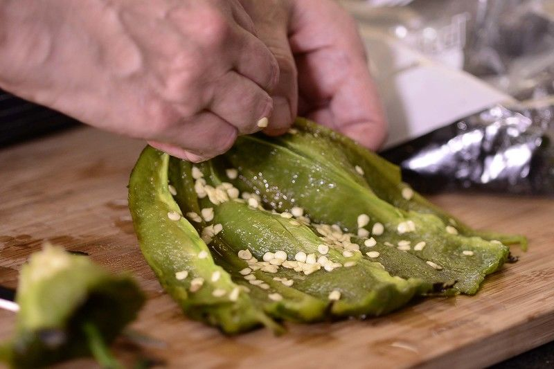 Cortar el chile por la mitad para retirar el rabo, las semillas y las venas.
