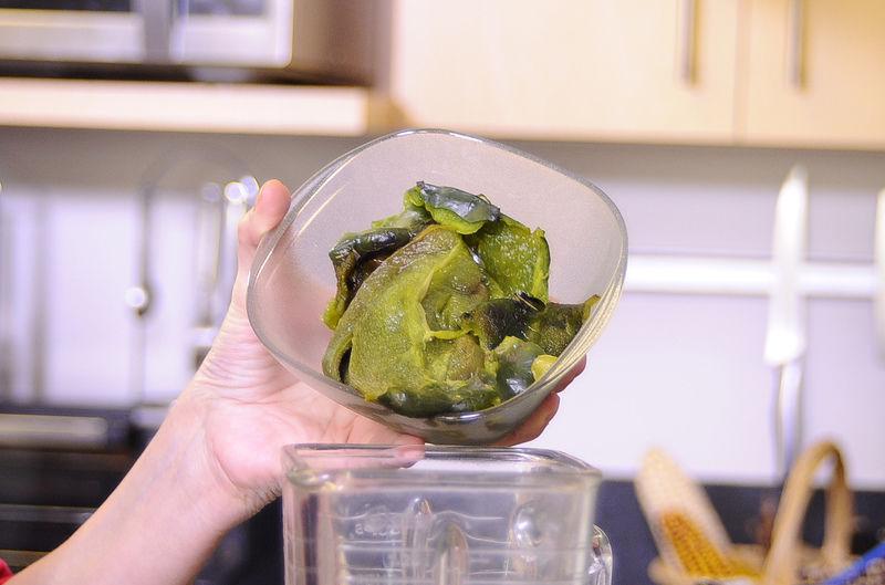 Moler los chiles desvenados con la crema y un poquito de sal en la licuadora hasta obtener una mezcla homogénea.