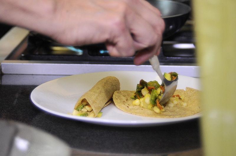Para armar las enchiladas; calentar las tortillas en un comal o sartén y rellenar con un poco de la mezcla de flor de calabaza.
