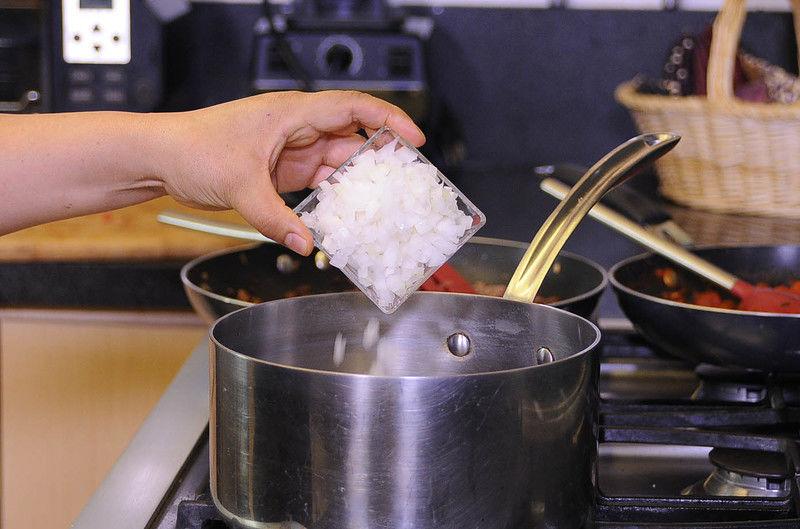 Calentar la olla con el aceite, añadir la cebolla picada y sofreír un par de minutos.