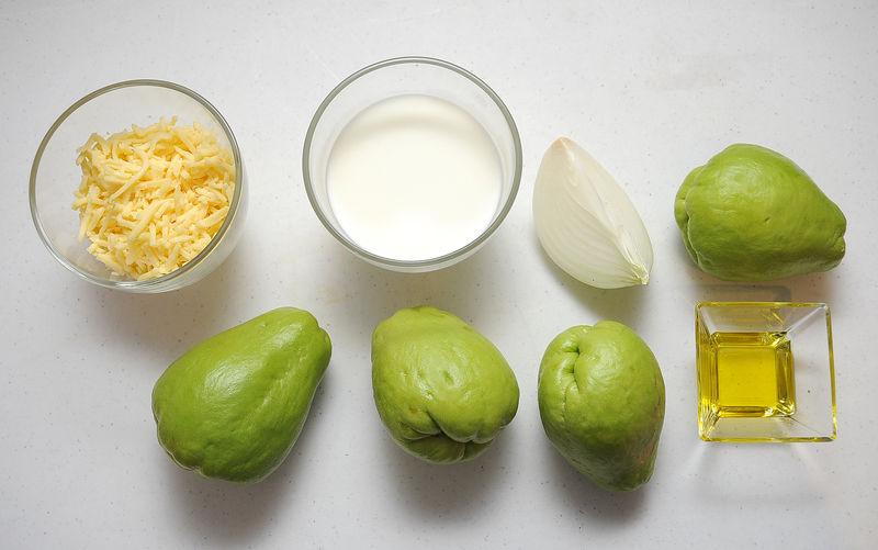 Ingredientes para receta 4 piezas de chayote 1/4 pieza de cebolla blanca 2 cucharadas de aceite de oliva leche de vaca al gusto sal al gusto pimienta negra molida al gusto 1 1/2 tazas de queso manchego rallado