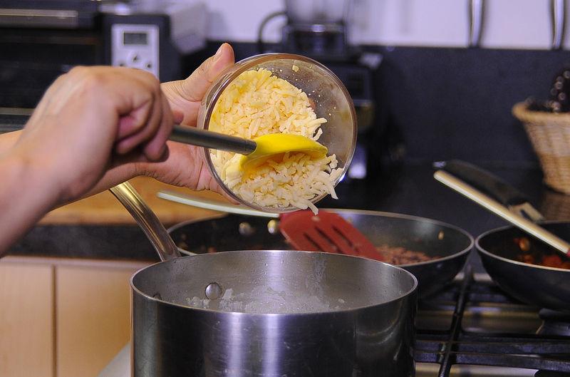 Apagar el fuego y agregar el queso, revolver bien para integrar todo.