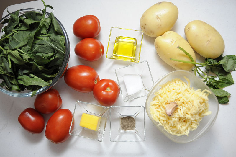 Ingredientes para receta 3 piezas de papa blanca 3 tazas de espinaca baby 300 gramos de queso manchego rallado Ingredientes para salsa 7 piezas de jitomate guaje 1 diente de ajo sal al gusto pimienta negra molida al gusto 2 cucharadas de aceite de oliva 2 ramas de albahaca fresca