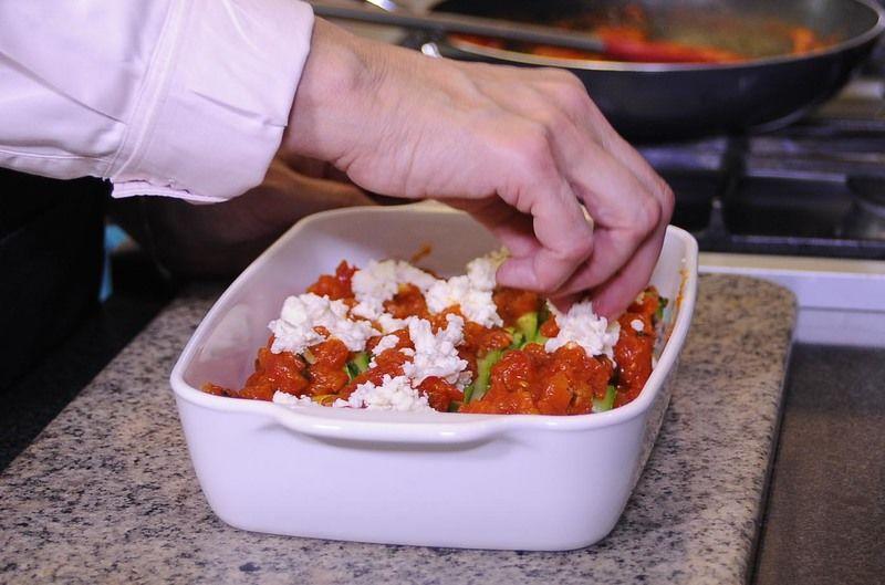 Cubrir con un poco de la salsa y espolvorear queso mozzarella. Hornear a 350°F (175 ° C)o hasta que gratine.
