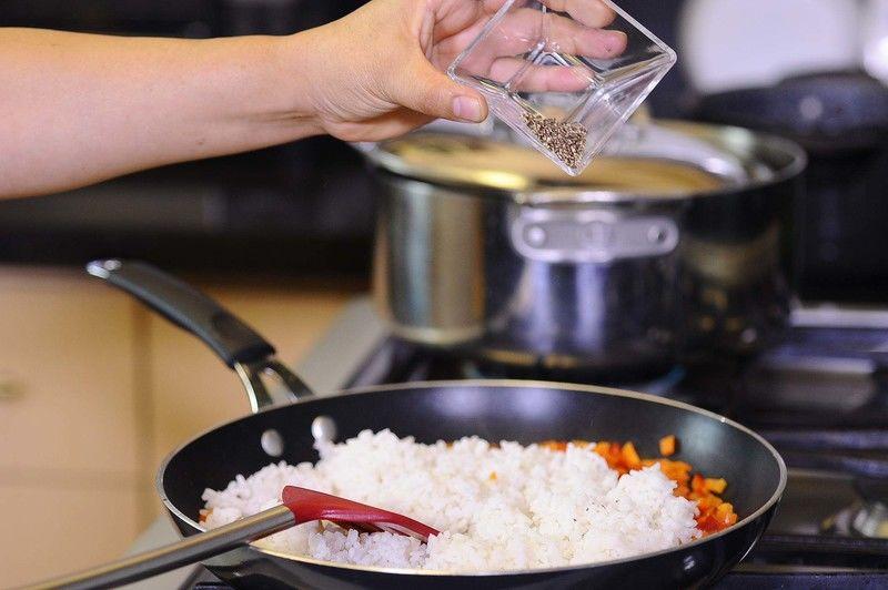Añadir el arroz, sal y pimienta revolver bién y dejar cocer un par de minutos.