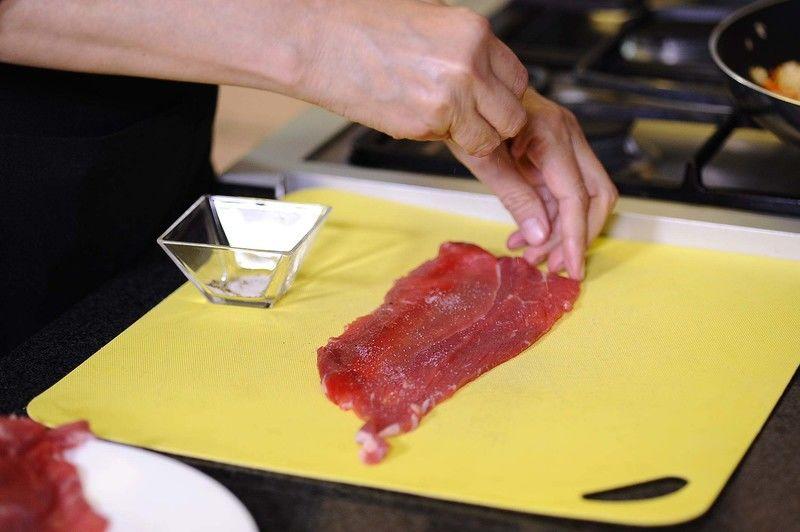 Colocar un bistec sobre la tabla de picar salpimentar por todos lados.