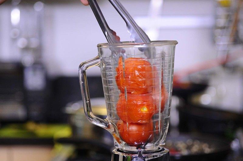 Colocar en el vaso de la licuadora los jitomates cocidos, el chile pasilla y diente de ajo, moler hasta obtener una mezcla homogénea. Reservar
