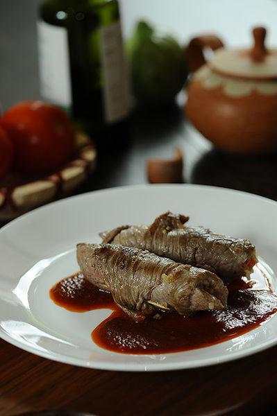 Para servir hacer un espejo de salsa en el plato y colocar un rollito de carne de carne.