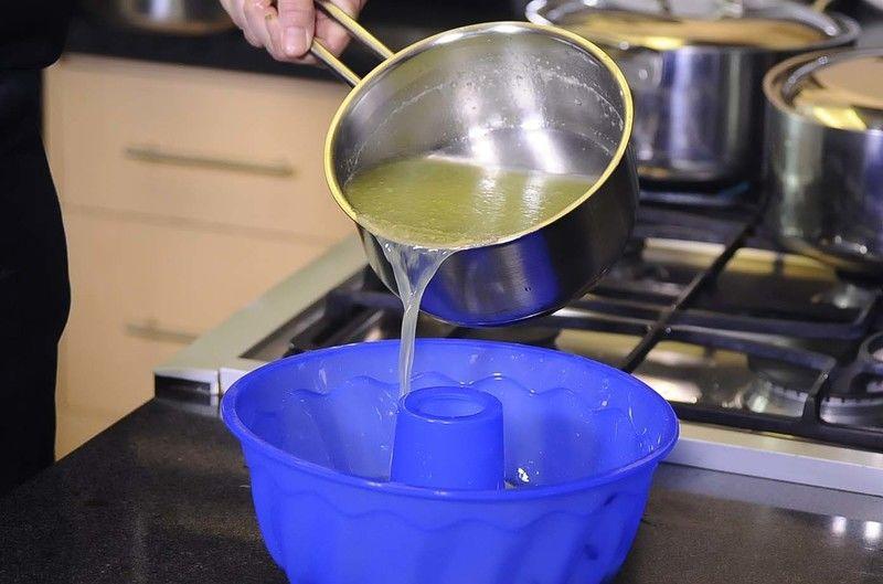 Vaciar la mezcla y refrigerar durante 3 horas o hasta que cuaje.