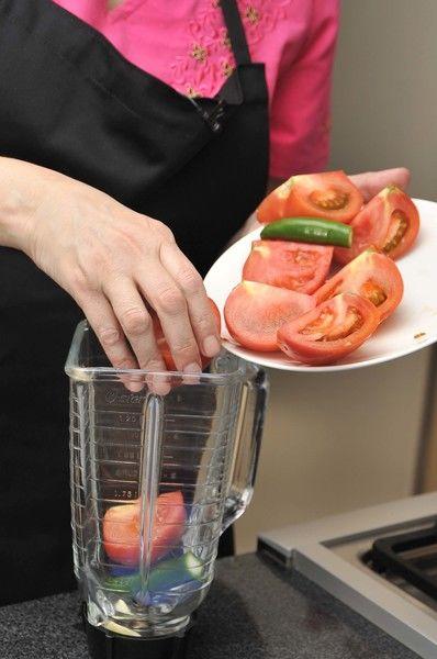 Colocar en le vaso de la licuadora con los jitomates, el ajo y la cebolla. Se le puede agregar un poco de agua. Moler.