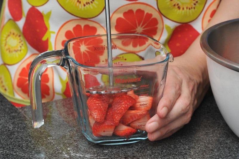 Cortar el pedúnculo de las fresas, descartarlo y partir la fruta en 4 partes. Colocar una parte de las fresas en un tazón y machacarlas bien con una cuchara, utilizar suficientes fresas para obtener 1 taza de jugo.