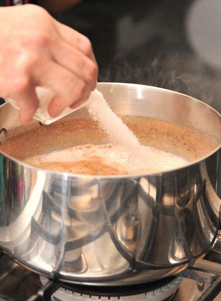 Añadir azúcar y menear con el molinillo durante 5 minutos para sacarle espuma.