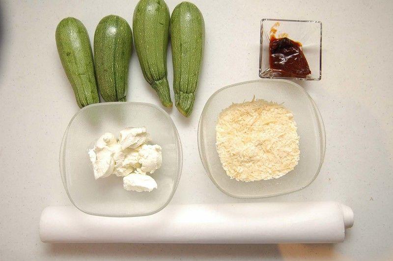 Ingredientes para receta 4 piezas de calabacita italiana 1 taza de queso parmesano papel encerado al gusto Ingredientes para aderezo 1/2 taza de jocoque 1 pieza de chile chipotle adobado