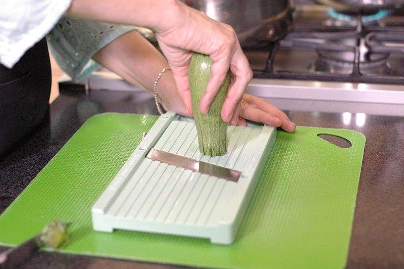 Cortar la punta de la calabacita y rebanar con la mandolina en rodajas delgadas. Reservar.