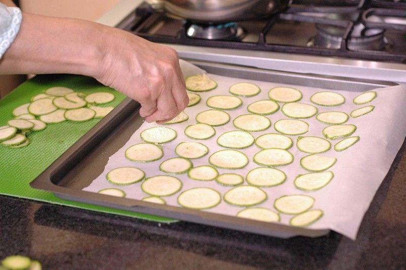 Espolvorear queso parmesano sobre las calabacitas y meter a hornear a 350 ° F (180 ° C ) durante 20 minutos o hasta que estén crujientes.