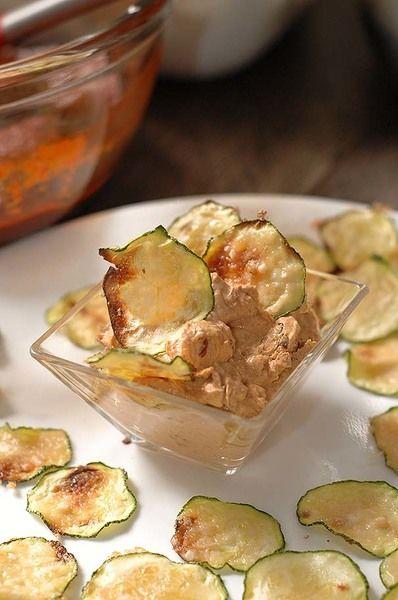 Servir los chips acompañados con el aderezo.
