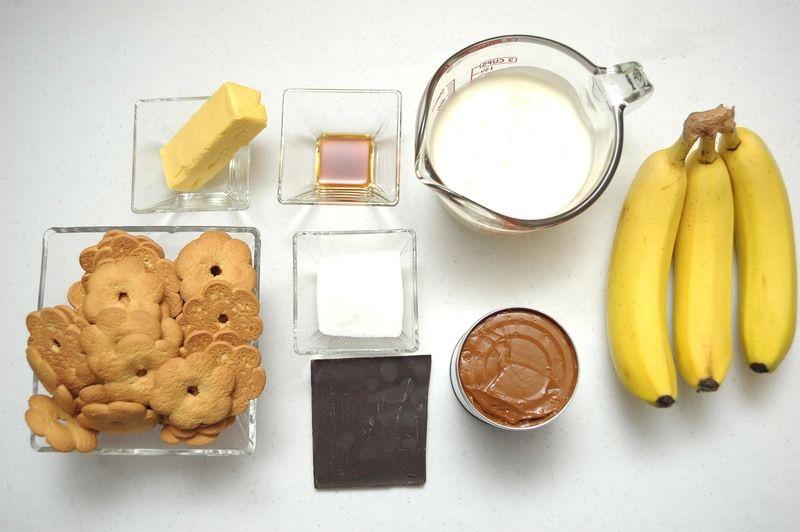 ngredientes para receta 1 litro de dulce de leche 1 1/2 tazas de galletas maravilla 3 cucharadas de azúcar blanca 6 cucharadas de mantequilla 3 piezas de plátano 1 1/2 tazas de crema para batir 1 cucharita de esencia de vainilla 1/2 trozo de chispas de chocolate semi-amargo