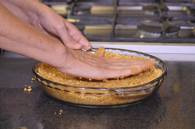Poner en el molde y agregar la mantequilla derretida, aplastar sobre el molde y meter al horno de 10 a 15 minutos.