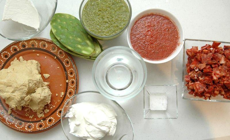 Ingredientes para gorditas 500 gramos de masa de maíz sal al gusto agua tibia al gusto 300 gramos de chicharrón prensado Ingredientes para relleno 6 piezas de penca de nopal 1 taza de salsa roja 1 taza de salsa verde queso fresco al gusto 1 taza de crema de leche de vaca