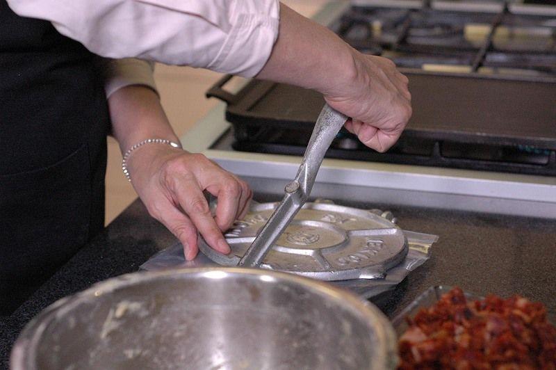 Aplastar con la máquina para tortillas cubiertos con trozos de a bolsa de plástico hasta obtener una tortilla de medio centímetro de espesor.