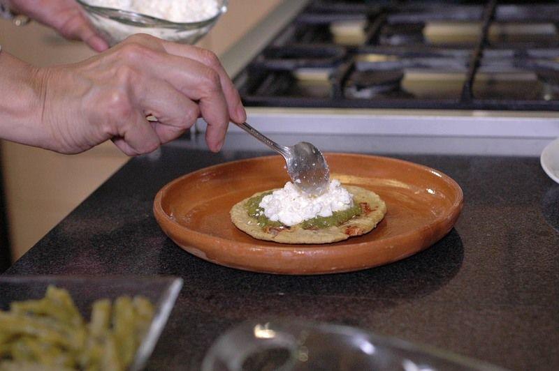Agregar un poco de crema y queso fresco desmoronado.