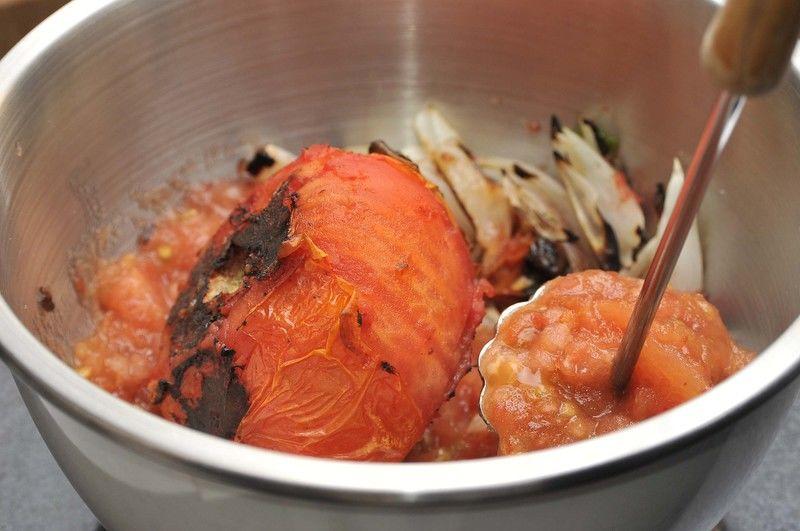 Colocar los jitomates en un tazón junto con la cebolla tostada y aplastar. Después agregar sal y chile molcajeteado al gusto, para que obtenga el picor deseado.