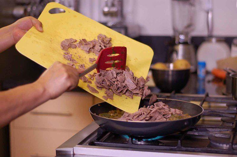 Incorporar los trozos de carne y rectificar sazón.