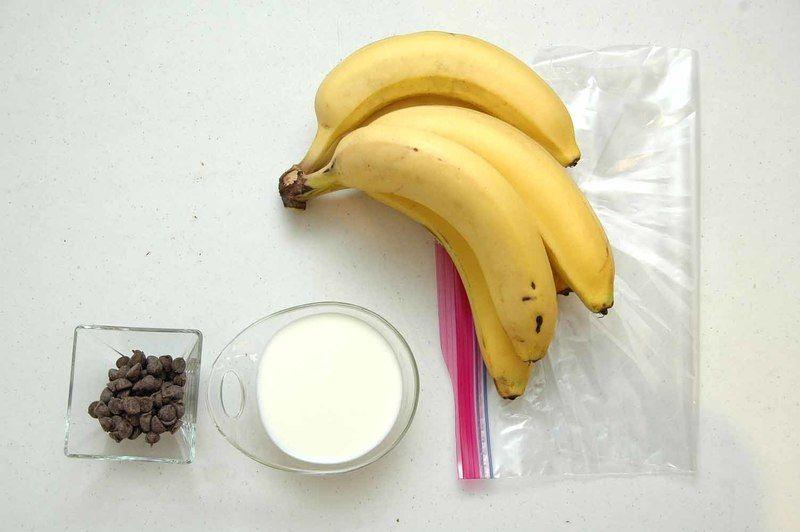 Ingredientes para receta 6 piezas de plátano 9 cucharadas de leche de vaca 1 pieza de bolsa de plástico Ingredientes para decorar chispas de chocolate al gusto