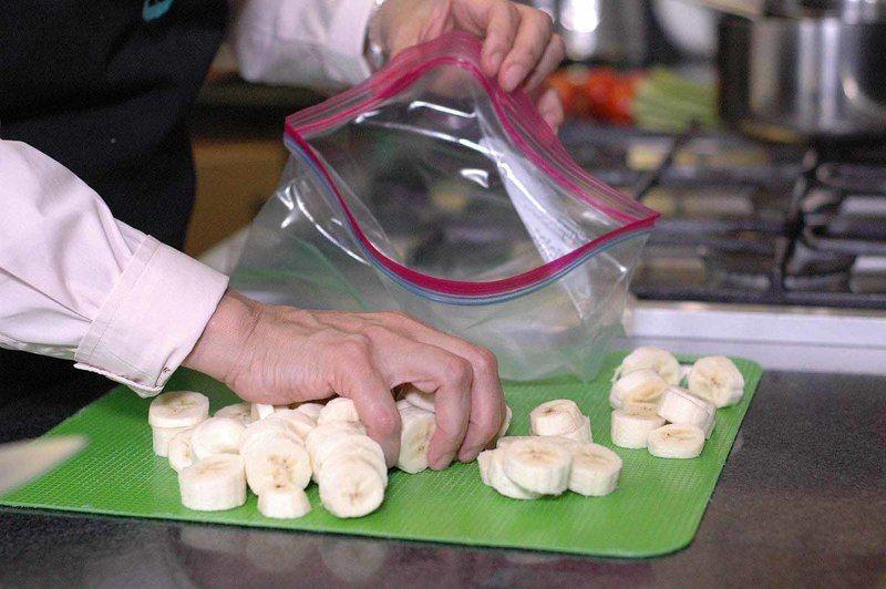 Colocar las rodajas de plátano en una bolsa de plástico y sellar bien. Meter al congelador durante 2 horas o hasta que el plátano se haya congelado completamente.