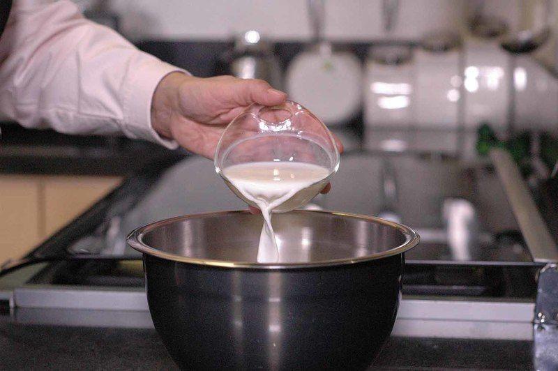 Añadir un poquito de leche y batir con la ayuda de la batidora.