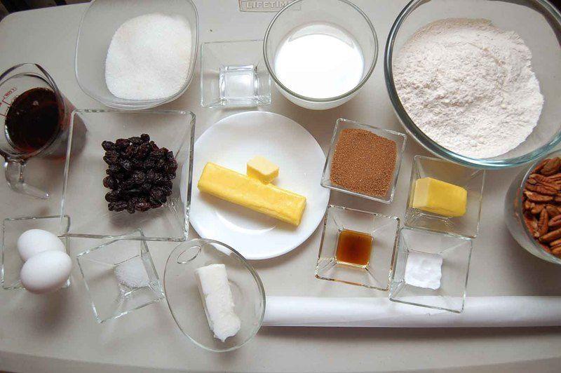 Ingredientes para pastel 2 1/2 tazas de harina de trigo 1/2 cucharita de sal 1 cucharita de bicarbonato de sodio 100 gramos de mantequilla 3/4 taza de azúcar blanca 2 piezas de huevo 1 cucharita de esencia de vainilla 1 taza de leche de vaca 2 cucharitas de vinagre blanco 1/2 taza de uva pasa manteca vegetal al gusto papel encerado al gusto Ingredientes para cubierta 3/4 taza de miel de maple 45 gramos de mantequilla 1/4 taza de azúcar mascabado 200 gramos de nuez