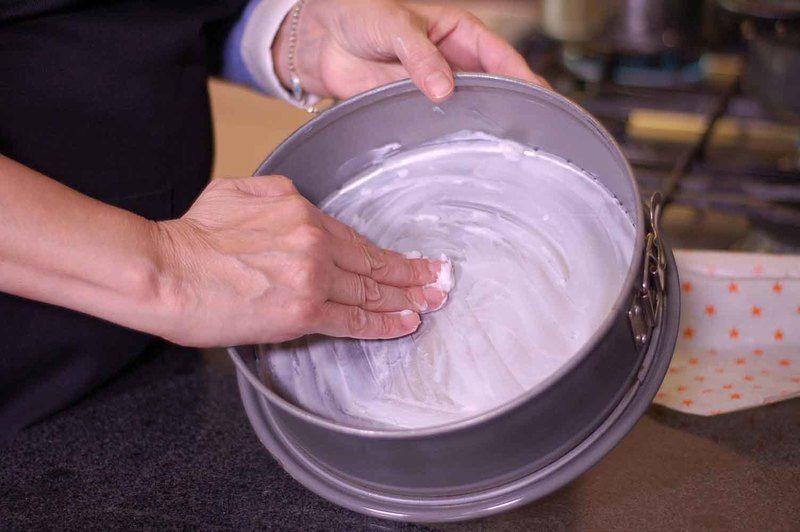 Engrasar con manteca el molde desmoldable para pastel.