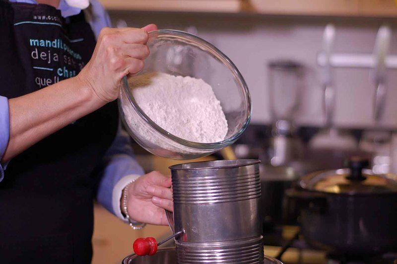 Cernir la harina junto con la sal y bicarbonato.